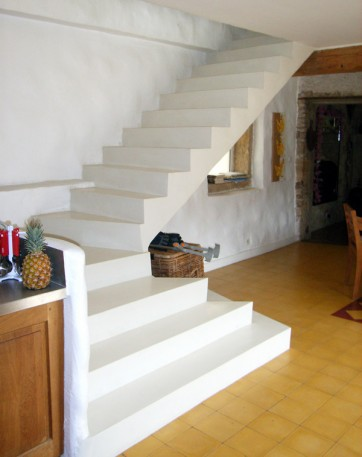 Escalier b ton blanc romain serve for Carreler un escalier exterieur en beton