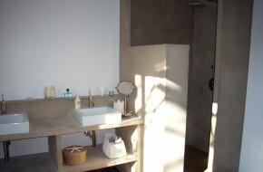 Douche en béton, salle de bain